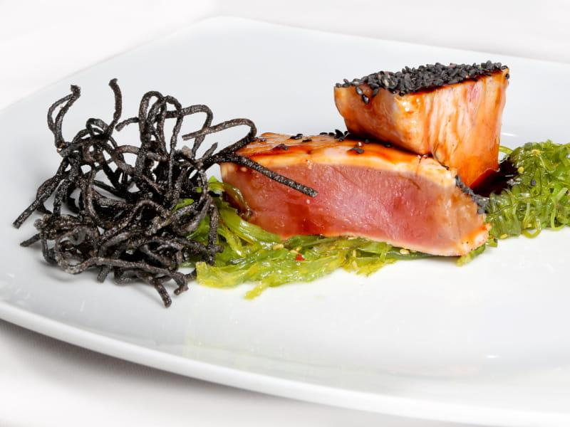 02-LA-GARNACHA_tataki-de-atun-rojo-con-fondo-de-ensalada-de-alga-wakame