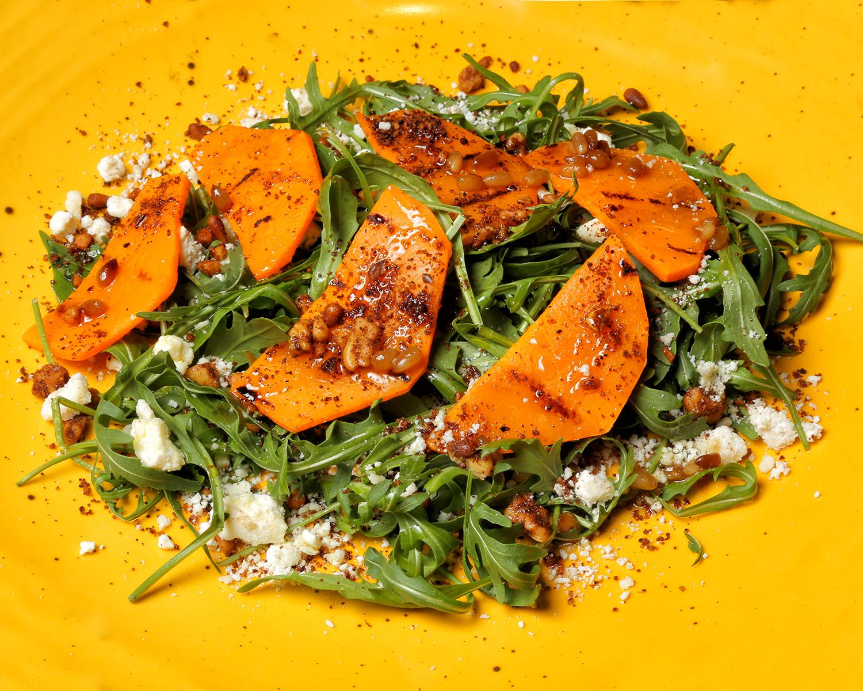 106-LA-MALTEADORA_ensalada-con-calabaza-a-la-parrilla-con-frutos-secos-picantes