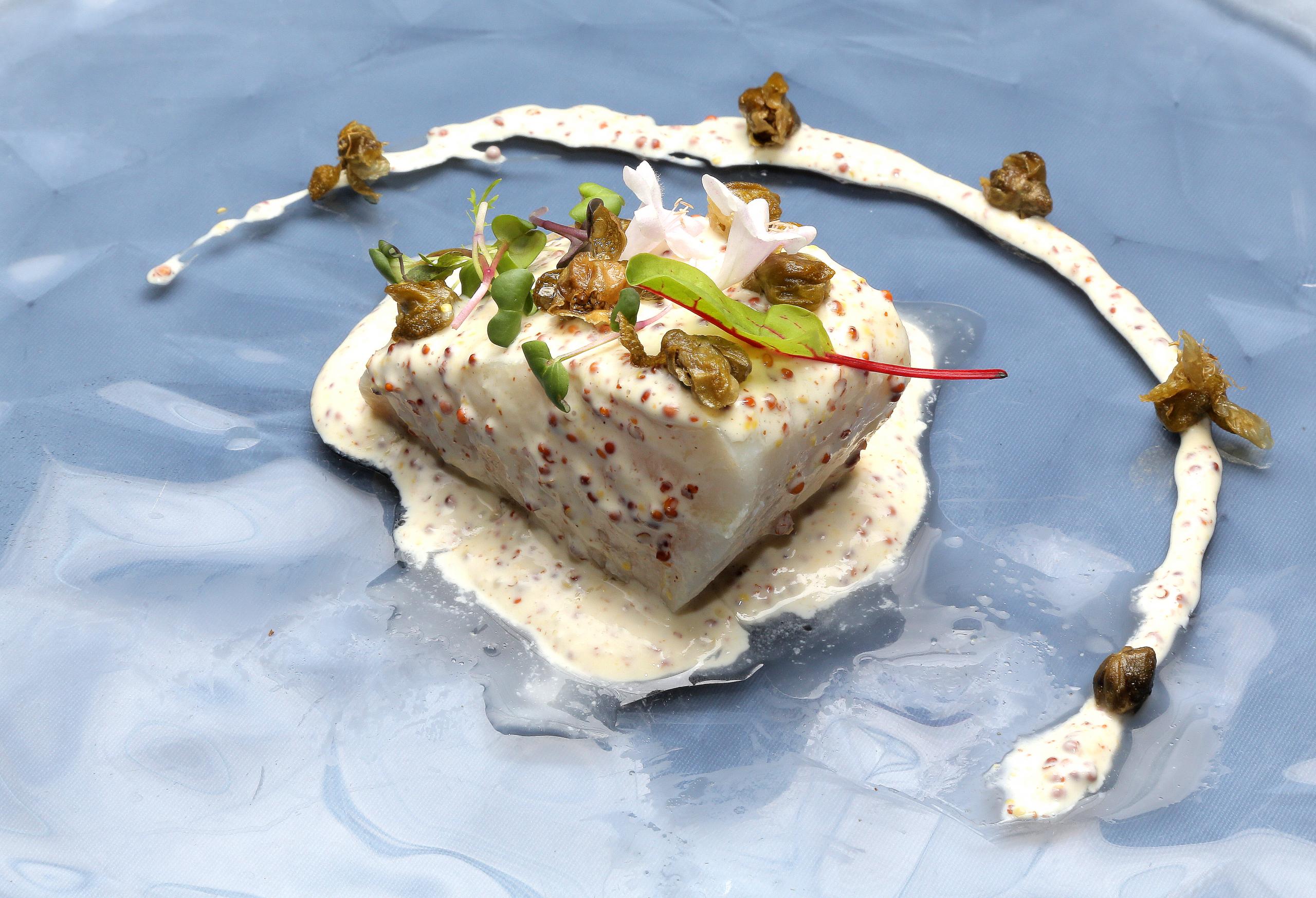 02-LA-SCALA_lomo-bacalo-salsa-mostaza-y-alcaparras-scaled