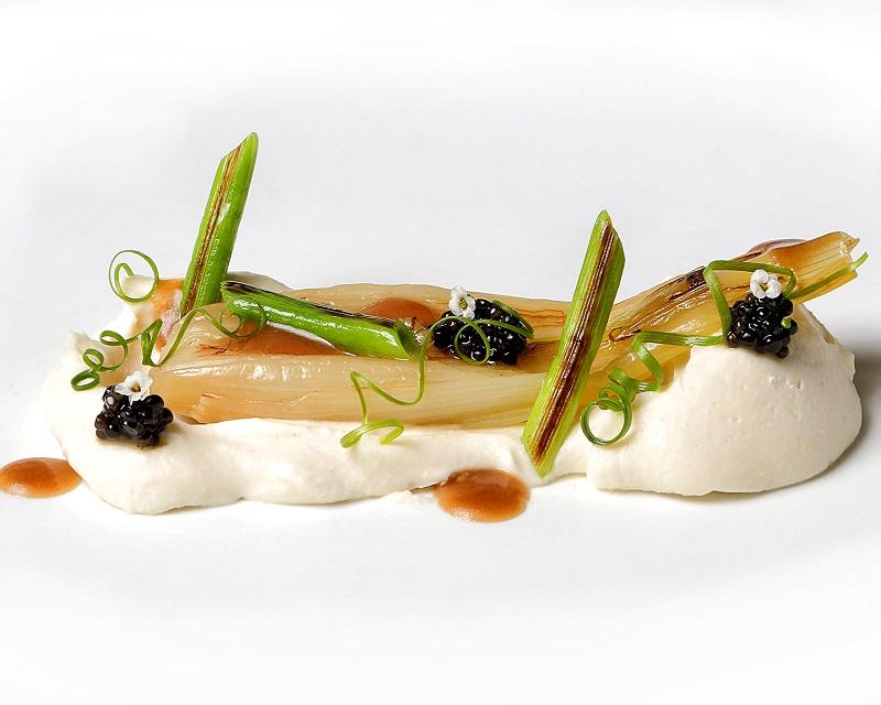 113-NOVODABO-cebollas-de-mi-huerta-con-coliflor-y-caviar-persé