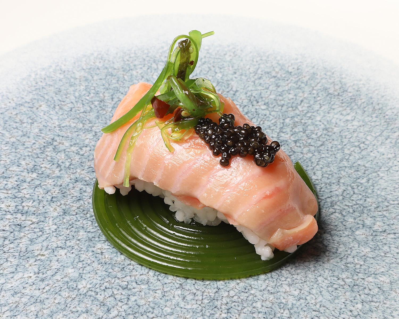 125-IDILICO-nigiri-con-arroz-del-cinca-y-trucha-con-caviar