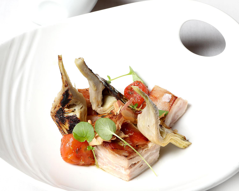 42-LA-PARRILLA-DE-ALBARRACIN_alcachofas-ternasco-atun-tomate