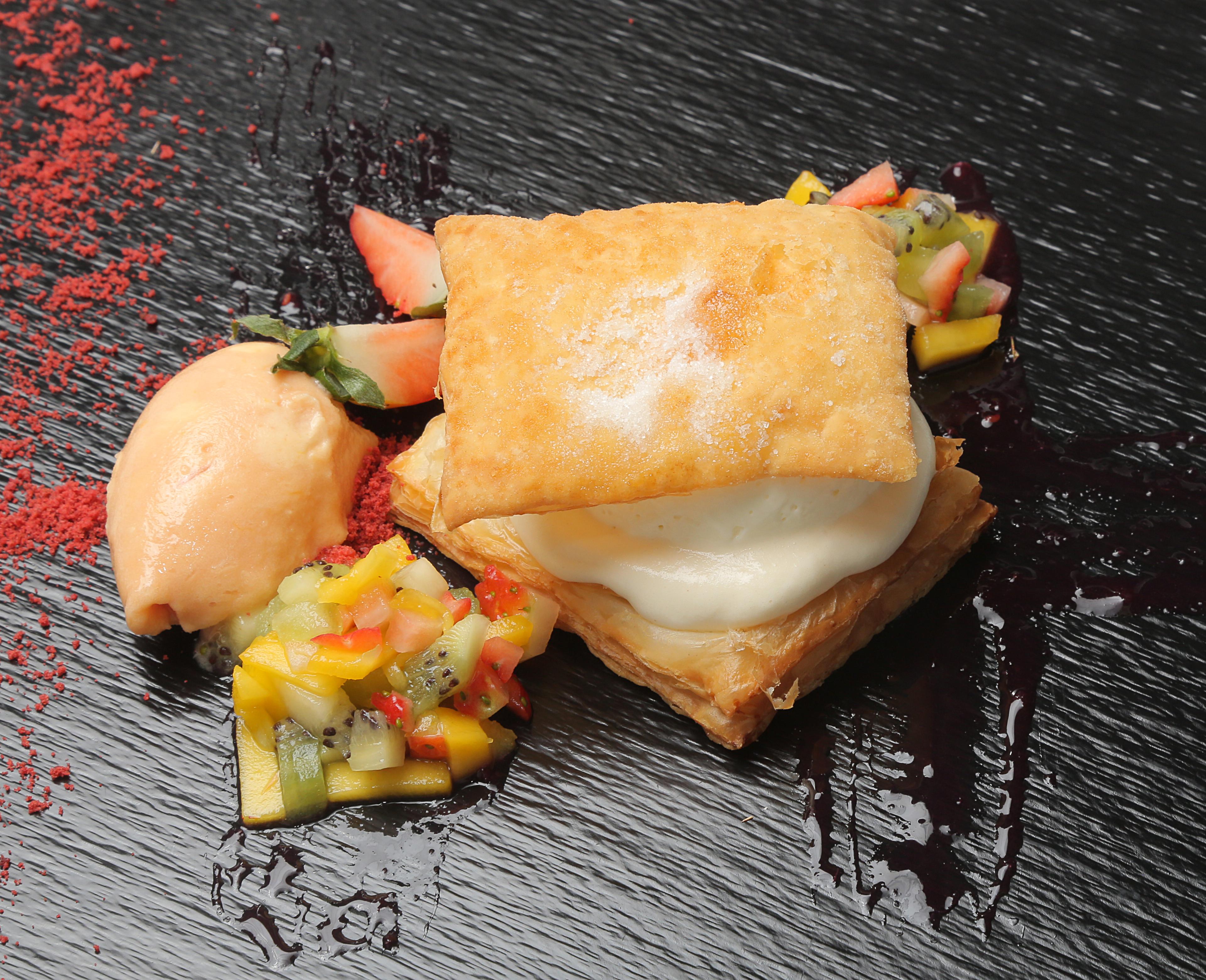 53-PARANINFO-TRUFE_hojaldre-crema-de-queso-frutas-y-helado