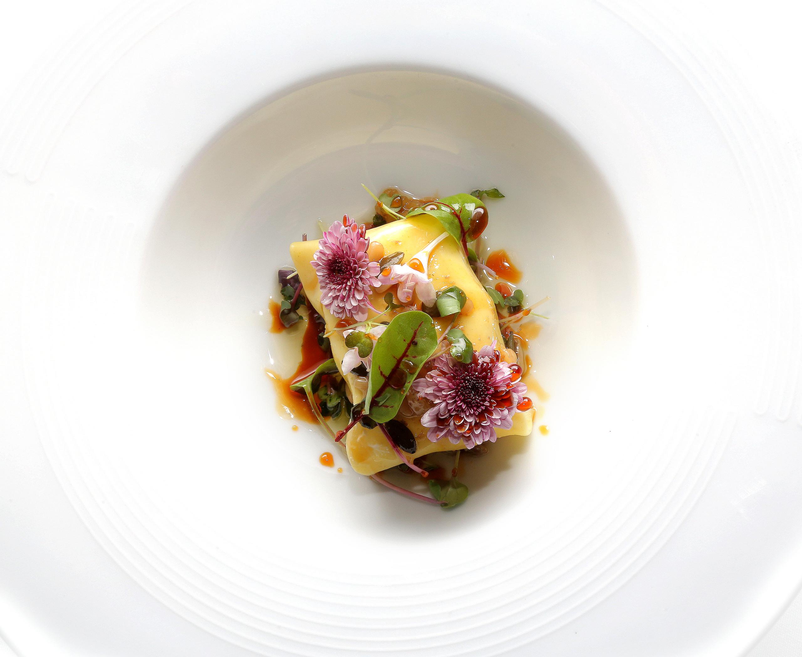 03-LA-SCALA_ensalada-brotes-ravioli-de-queso-frutos-secos-y-albahaca-scaled